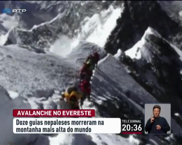 Mundo - Avalanche no Everest provoca morte de 12 guias nepaleses