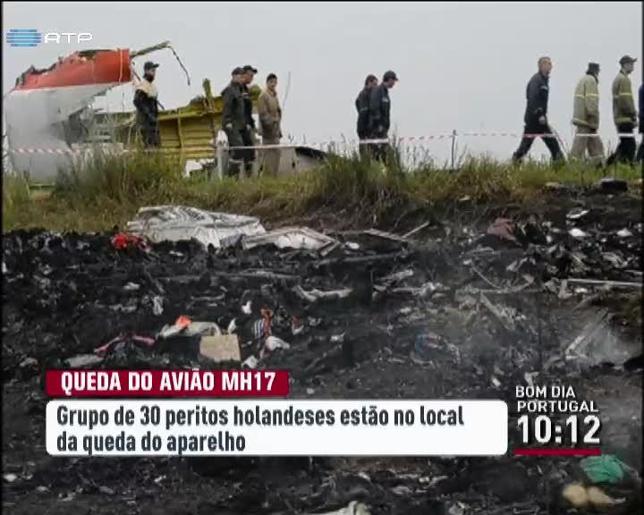 Mundo - Peritos holandeses chegam ao local da queda do voo MH17